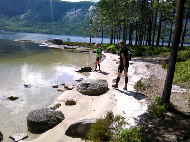 Einar og øyunn i vakre Røyrodden. Her ligger også flere gravrøyser fra bronsealderen. Alle løpere uansett distanse løper forbi her. (640x480).jpg