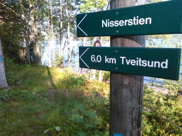 Ny skilting ved den nye Nisserstien som halvmaratonløperne skal løpe to ganger (foto: Helge Reinholt).