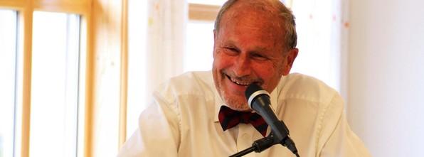 Per Fugelli lokka både fram tårene og latteren til dei frammøtte på temakafeen til Kreftforeininga.