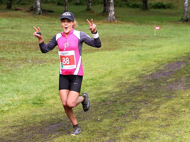 Nicoline Baartvedt var så suveren at hun kunne koste på seg en seiersgest drøye kilometeren før mål. (Foto: Runar Gilberg)