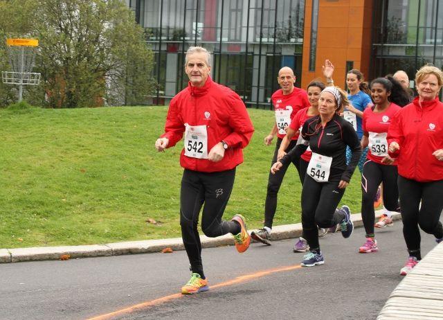 Jonas Gahr Støre var løpets største kjendis, her i front av en rød gjeng like etter start - før han løp fra de andre (foto: Olav Engen).