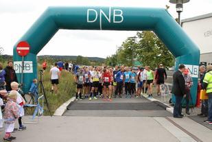 Fra starten på Lørenskogløpet 2015. Nå skal også Lørenskog Halvmaraton og Vinterkarusellens første løp arrangeres fra samme sted. (Foto: Olav Engen)