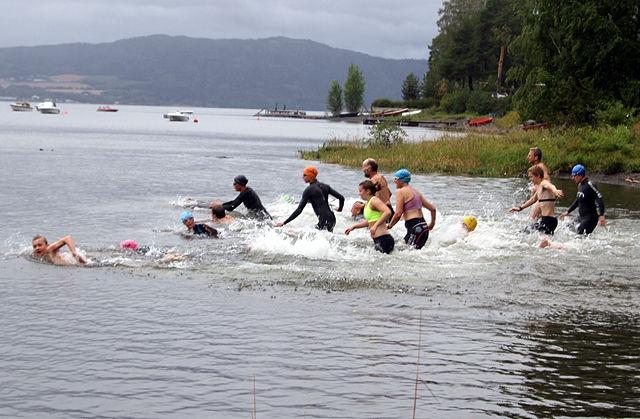 17 deltakere fra 12 til 60 år spurtet ut i Mjøsa i duskregnet første onsdagen i september