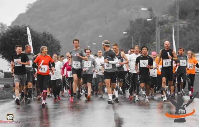 Startskuddet har gått, og løperne forsvinner ut i Larviks gater (Foto: Roy Stranna/Stranna Foto)