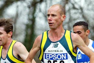 Om man har høye ambisjoner og ønsker framgang kommer man ikke utenom intervalltrening. Det vet australske Steve Moneghetti som i 1997 tok VM-bronse på maraton. Her løper han VM terrengløp i Brüssel 2004, i en alder av 42 år. (Foto: Mark Shearman)