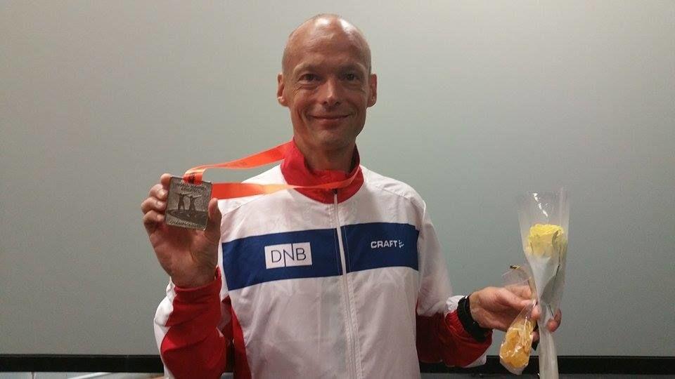 Erik Bergersen var raskest i vinterkarusellen i Kristiansand. På bildet ser vi Erik med sølv fra VM 100 km M45 tidligere i år.