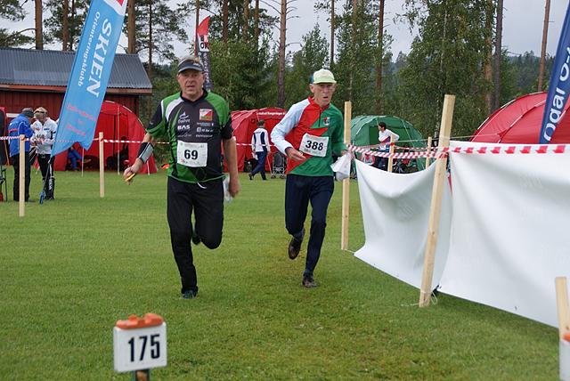Ole Hans Øie, Løten OL (69) og Kjell Gjersdal, Stavanger Orienteringsklubb (388) vinner av H85 mot mål. (Foto: Stein Arne Negård)
