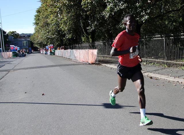 Utenfor Botanisk Hage i Oslo Maraton 2015, løypas høyeste punkt. Vinneren Taye Tirfea er i klar tet etter 16 km. Foto: Heming Leira