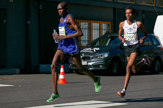 Bonface Kirui vinner Halvmaraton  på 1.03.24 foran  Obimichael Fissehatsion som løp på 1.04.25  Foto: Stian S. Møller