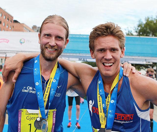 Vinner og nr.2 totalt, Sebastian Håkansson og Gjermund Sørstad etter 1o kilometeren er unnagjort. Sebastian klarer knapt å stå oppreist, men gjør sitt beste for fotografen. Foto: Kjell Vigestad