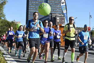 Å løpe jevnt, gjerne ifølge med en av løpets fartsholdere, gir som oftest det beste resultatet. (Foto: Bjørn Johannessen)