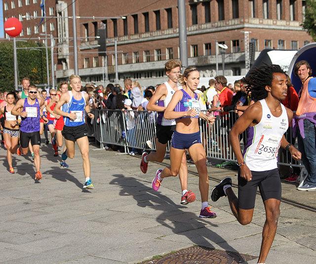 Stian Bekkevoll og Karoline Bjerkeli Grøvdal er i tet allerede etter 250 meters løping. (Foto: Runar Gilberg)