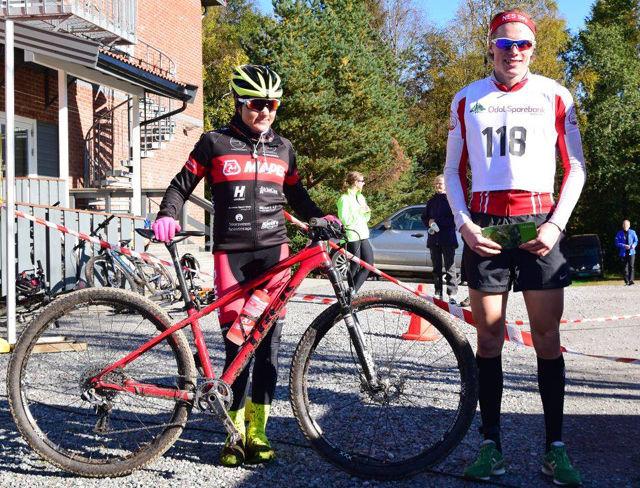 Sykkelvinnerene Linda-Kristine Bjerke og Jonas Amundsen i sola på Slåstad etter at Jonas også hadde fullført løpet på dagens 3. beste tid. (Arrangørfoto)