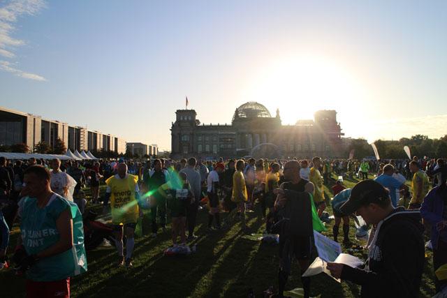 Sola_stiger_opp_over_Riksdagen_for_40000_deltakere_i_Berlin_Marathon_IMG_3591.jpg