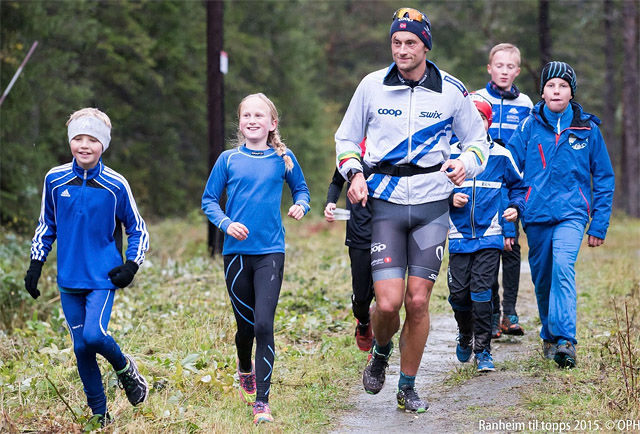 De unge ser ut til å sette stor pris på å kunne jogge ned sammen med Petter Northug. (Foto: Ole-Petter Holmvassdal)