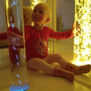 barn ved boblesøyler