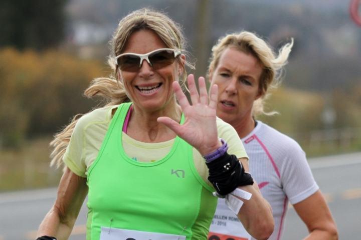 Dorte Foss vinker til Kondisfotografen på Lørenskog Halvmaraton 2015. (Foto: Olav Engen).