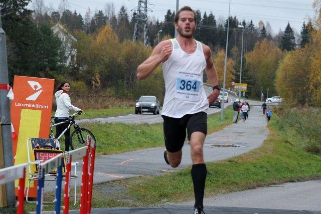 Frode Stenberg var raskest på terrengløpet i Fetsund, det var han også i Lørenskog halvmaraton sist høst der dette bildet er tatt (foto: Olav Engen).
