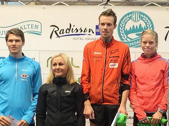 De to beste damer og herrer: Frå venstre Tom Erling Kårbø, Ann Kristin Mosbron og vinnerne Ørjan Grønnevig og Elise Selvikvåg Molvik. (Foto: Einar Søndeland)