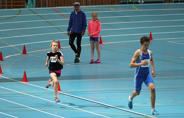 Karen Plukkerud i frisk spurt med Amund Lillemo i Stangehallen under fjorårets U-cup.