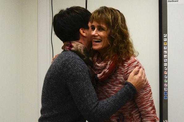 Her vert Christine Teigland overraska av informasjonsrådgjevar Silje Andvik Hoaas.