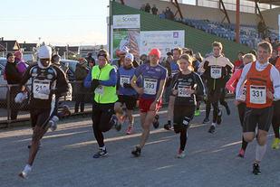 Fra starten på halvmaraton i 2015, Urige Buta tar teten allerede ut fra start. Foto : Inger Johanne Klokset