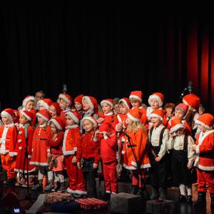 25 førskolebarn fra Tambartun barnehage har kledd seg ut som nisser og fremfører julesanger