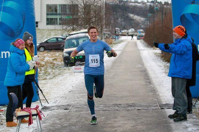 Sebastian går i mål som klar vinner på maratondistansen i Ålesund, og som har målgang på Moa i Spjelkavik. Foto: Kjell Vigestad
