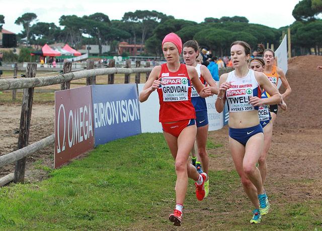 Karoline Bjerkeli Grøvdal og Stephanie Twell kjempa mot hverandre også under EM i terrengløp sist høst. Til sist var Karoline litt bedre og tok bronsen mens Stephanie ble nummer fem. (Foto: Kjell Vigestad)