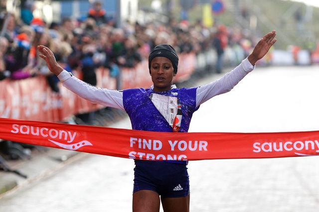 Genet Yalew vinner kvinneklassen på 1.19.02. Foto: Arrangøren