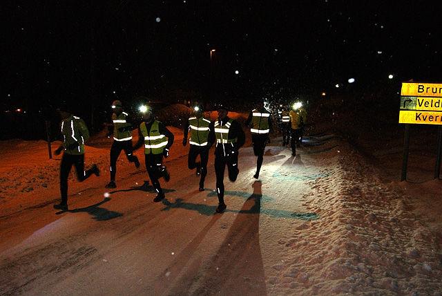 16 løpere la avgårde motsols på Nordhagarunden tirsdag kveld. (Foto: Stein Arne Negård)