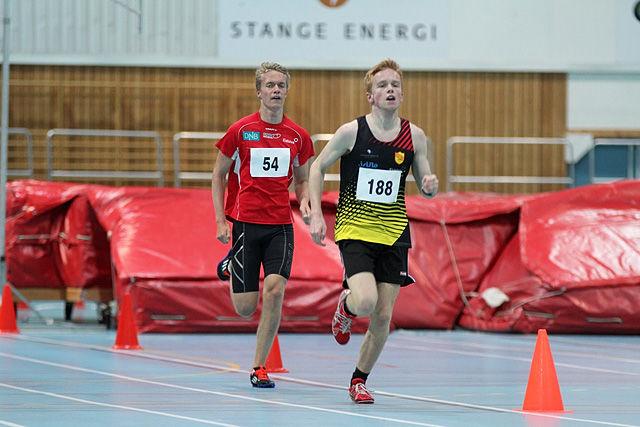 Martin Grønvold var i føringen i alle de sju og en halv rundene i Stangehallen lørdag. Her er det Erik Houm fra Gausdal FIK som prøver å følge Ren-Eng-løperen.