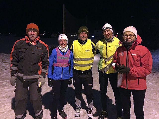 Et knippe ekte vinterjoggere flankert av arrangørene Jan Olav Tuterud og Gunhild Ljones etter målgang ved Presterudhallen. (Foto: Pål-Erik Langøigjelten)