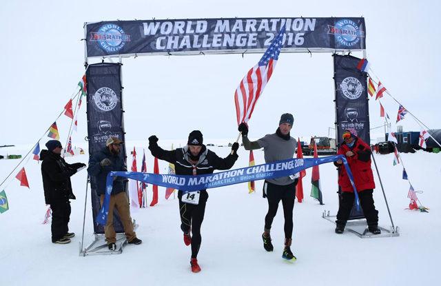 Calum Ramm og Daniel Cartica løper samlet inn til seier i første av de syv maratonene i World Marathon Challenge i Antartica. Foto: Arrangøren