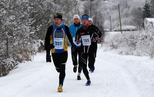 Tetgruppa etter en kilometer med Keino Valstad i tet foran den senere vinneren Glenn Røisgaard (foto: Bjørn Hytjanstorp)