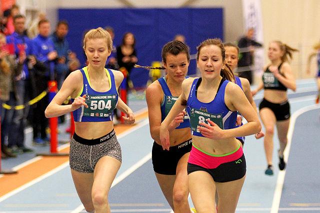 Mariell Hellestveit, Kristiane Sekkingstad Terum og Evie Kalnes Dencker kjemper om seieren i heatet.
