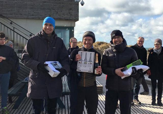 Vinnerne av 11-kilometeren: Claus Emtekjær (f.v), Simon Grimstrup og Svein-Erik Bakke på premiepallen. (Foto: privat)
