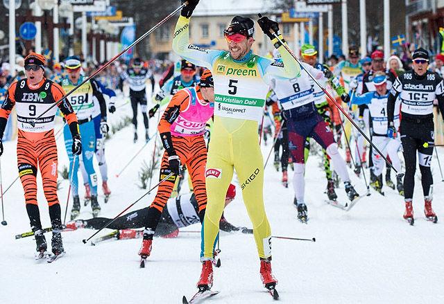 For andre gang: John Kristian Dahl kunne igjen strekke hendene i været som vinner av Vasaloppet.etter 9 mil fra Selen til Mora.(Foto: Ulf Palm/Vasaloppet)
