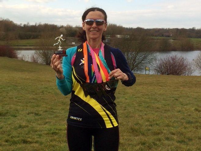 Titina med 7 medaljer etter å ha fullført 7 maraton på 7 dager.