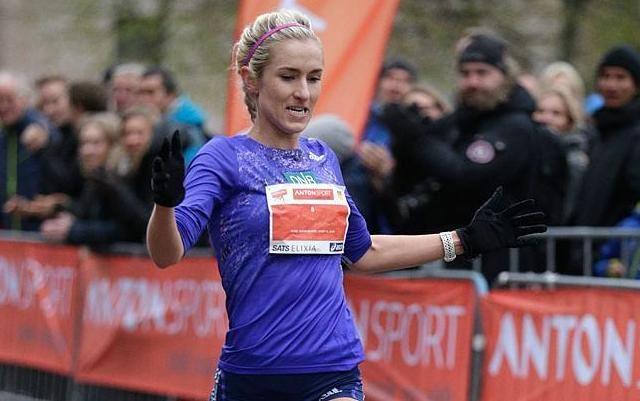 Karoline Bjerkeli Grøvdal i mål som vinner av Sentrumsgateløpet i 2015 på 31.41. (Foto: Per Inge Østmoen)