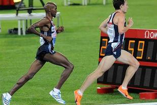 SNERT I STEGET: Å ha sterke og eksplosive legger er ingen ulempeom en skal løpe fort. Her ser vi britene Mo Farah (til venstre)og Chris Thompson lange ut nokså synkront mot gull og sølv på10 000 m i EM i 2010. (Foto: Bjørn Johannessen)