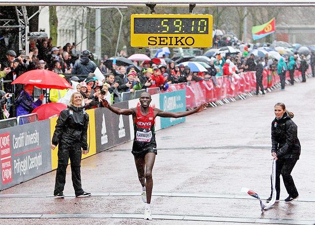 Geoffrey Kamworor tok en klar seier til tross for et fall som kosta han mange sekunder og et blodig kne. (Foto: arrangøren)