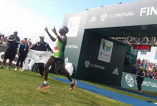 Mike Fokoroni fra Zimbabwe brukte ikke mer enn 3.13.33 da han vant det 56 kilometer lange Two Oceans Marathon. (Foto: arrangøren)