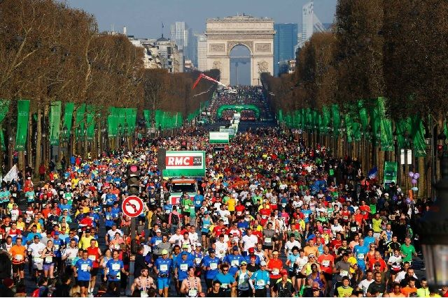 Fra årets Paris Marathon med start på Champs Elysées og Triumfbuen i bakgrunnen. (Foto: ASO/arrangøren)