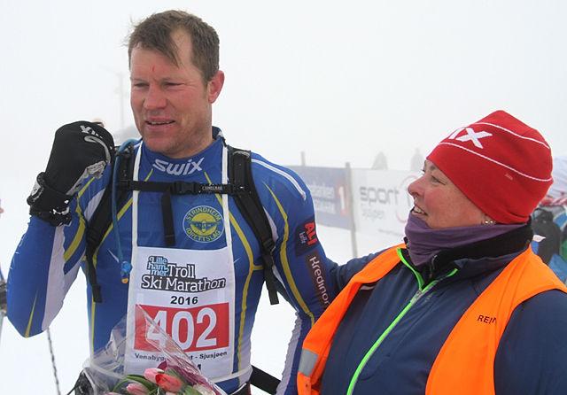 Håvard Hansen, her sammen med rennleder Turi Elise Kaus, etter å ha staket seg til nok en seier fra Venabygdsfjellet til Sjusjøen. (Foto: Kjell Arild Andersen)