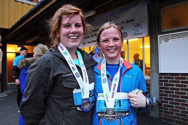 Marit Myhre Fanebust og Karoline Myhre Fanebust viser frem medaljen som viser at de har vært med på minst 5 løp. Begge to har faktisk vært med på alle 8.