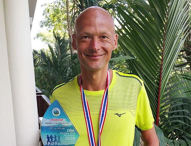 Det ble andreplass og premie på Erik Bergersen etter en varm løpsopplevelse i Thailand. (Foto: Malin Bergersen)