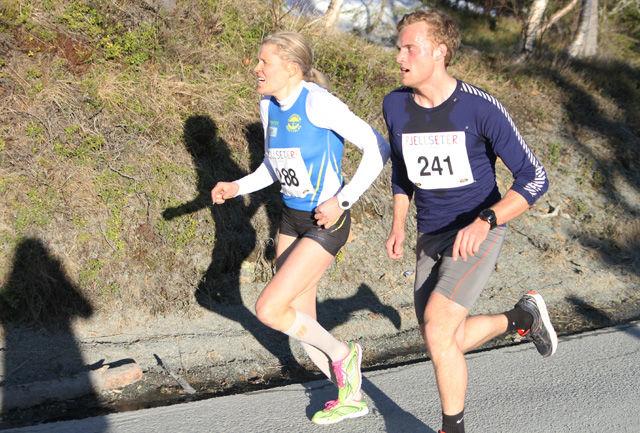 Damevinner: Anne Nevin, Strindheim, i innspurten mot nok en seier i Fjellseterløpet på ny løyperekord 34:18. En forbedring på 10 sekunder av hennes egen rekord fra 2014 og over minuttet raskere enn hennes egen vinnertid i fjor 35:41. Nr 241 er Geir Olav Roset, NTNUI Langrenn, som fikk tiden 34:16 (Foto: Sol Haugen)