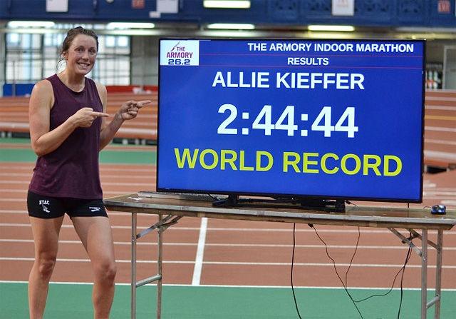 Allie Kieffer løp på 2.44.44 og forbedra innendørsverdensrekorden på maraton med over 9 minutter. (Foto: arrangøren)