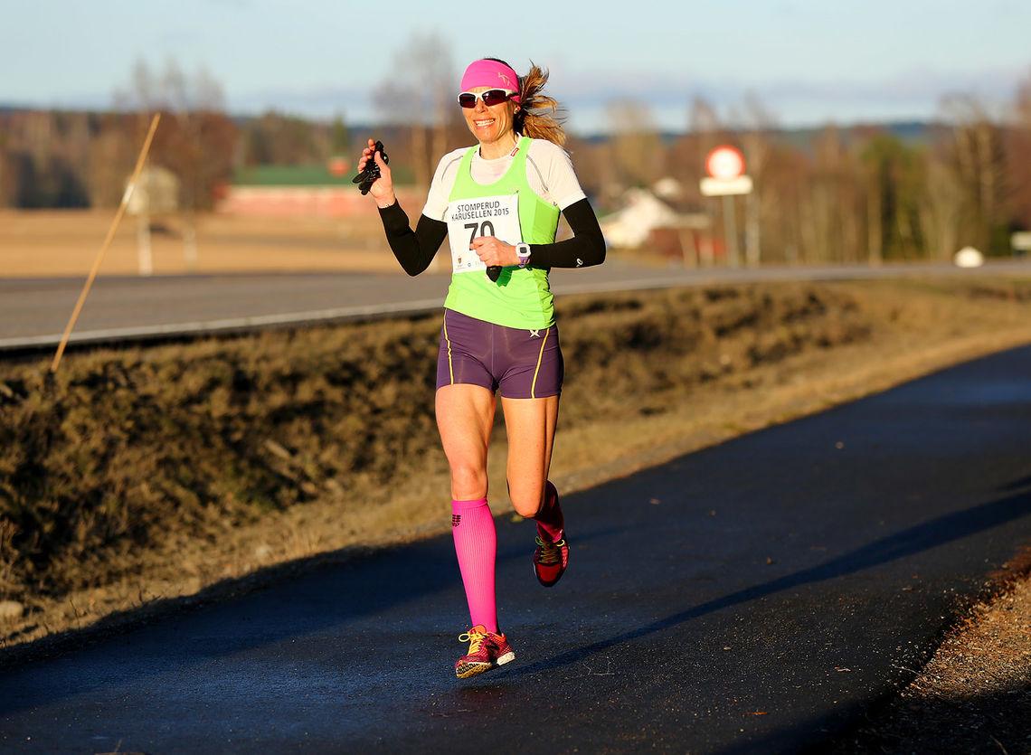 Dorte Foss på vei til seier i åpningsløpet i Stomperudkarusellen i år som i fjor (foto: Bjørn Hytjanstorp).